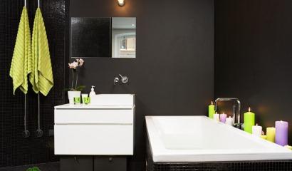 Rofyllt badrum från INR i svart och limegrönt