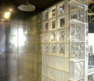 Duschkombination med kakel och glasblock